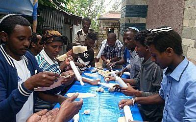 Des Juifs éthiopiens fabriquent des matzahs à la main dans la synagogue de Gondar, en Éthiopie, le 21 mars 2018. (Autorisation)