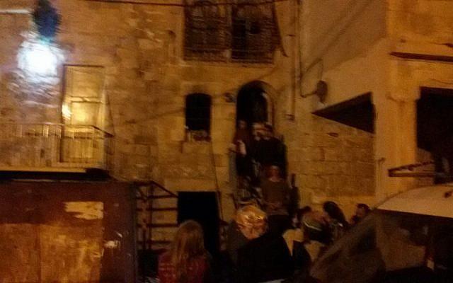 Les colons pénètrent dans les maisons contestées Rachel et Leah à Hébron le 26 mars 2018. (Gracieuseté de l'organisation Harhivi)