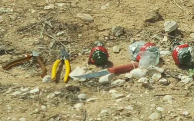 Des grenades, des couteaux et des outils trouvés en possession de trois suspects palestiniens qui ont traversé la frontière avec Israël depuis la bande de Gaza et qui ont été attrapés aux abords de la base militaire de Tzeelim dans le sud d'Israël, le 27 mars 2018 (Crédit : Police israélienne)