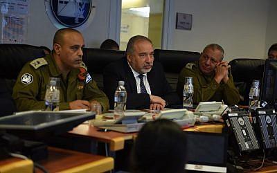 Le ministre de la Défense, Avigdor LIberman, visite un exercice national de préparation aux situations d'urgence, en compagnie du chef d'état-major, Gadi Eizenkot, et du chef du Commandement de la Défense passive, le major général Tamir Yadai, en mars 2018 (Crédit : Forces de défense israéliennes)