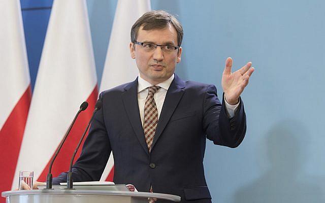 Le ministre de la Justice polonais Zbigniew Ziobro lors d'une conférence de presse, le 3 mars 2016. (Crédit : domaine public)