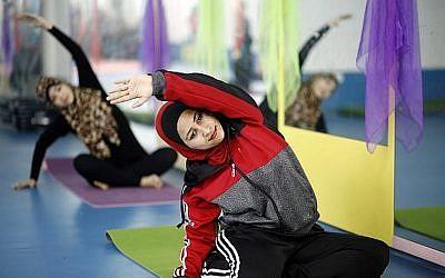 Des femmes palestiniennes participent à un cours de yoga au premier centre de yoga pour femmes de la ville de Gaza, le 28 mars 2018 (AFP / Mohammed Abed)