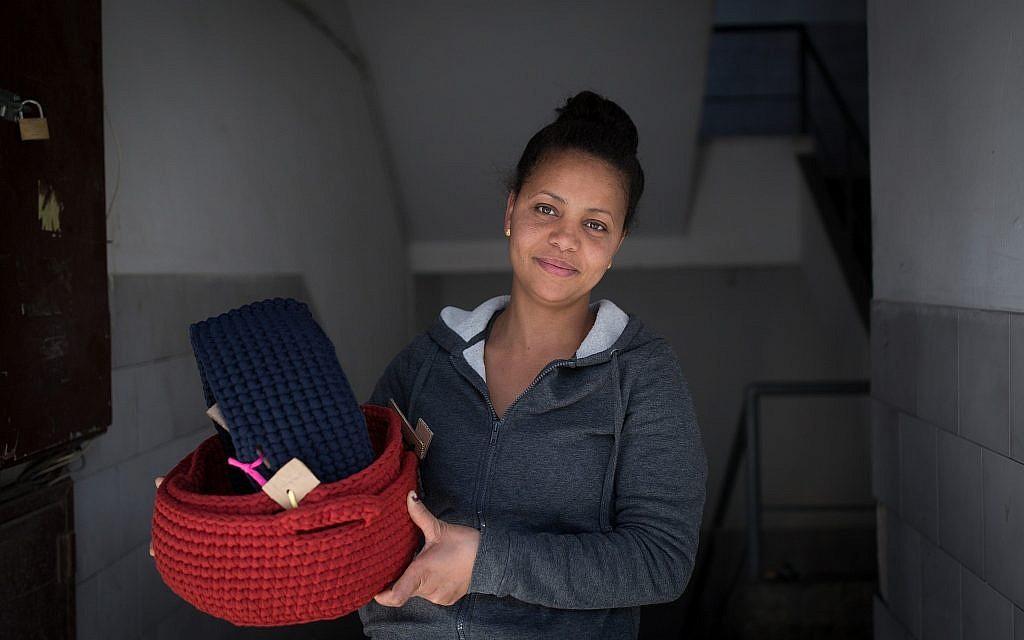 Abrehet, une demandeuse d'asile qui travaille avec l'organisation  Kucinate - Collectif des réfugiées africaines à Tel Aviv, le 14 février 2018 (Crédit : Miriam Alster/Flash90)