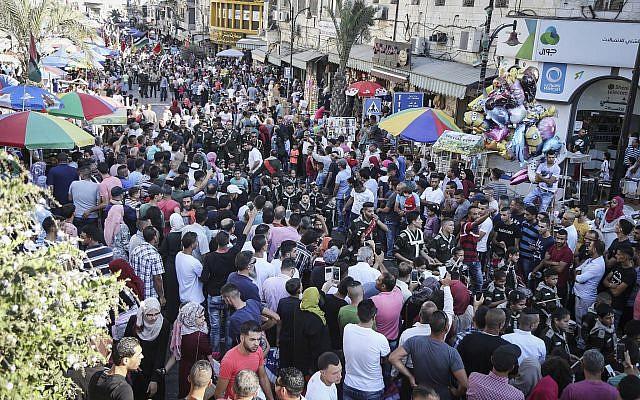 Illustration : Des éclaireurs et des groupes dans les rues de Ramallah, en Cisjordanie, la veille de l'Aïd al-Adha, le 11 septembre 2016.  (Crédit : flash 90)