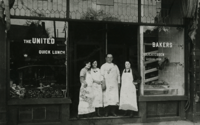 Photo datant de 1915 sur les marches de United Bakers à Toronto (Crédit : Archives juives de l'Ontario)