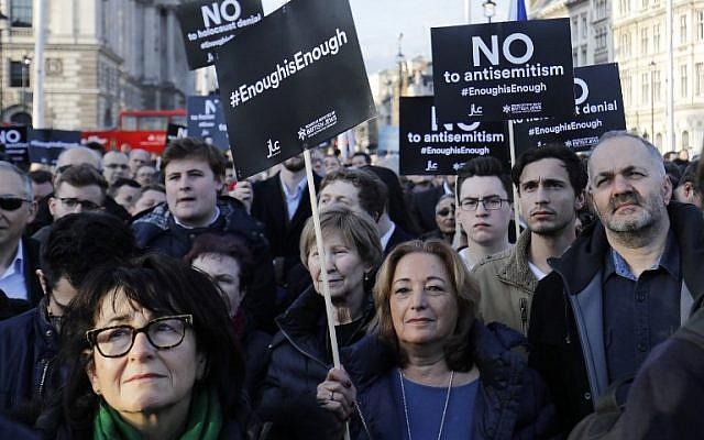 Des membres de la communauté juive organisent une manifestation contre Jeremy Corbyn, chef du parti travailliste de l'opposition britannique, et contre l'antisémitisme au sein du parti travailliste, devant les chambres du Parlement britannique dans le centre de Londres, le 26 mars 2018. (AFP/Tolga Akmen)