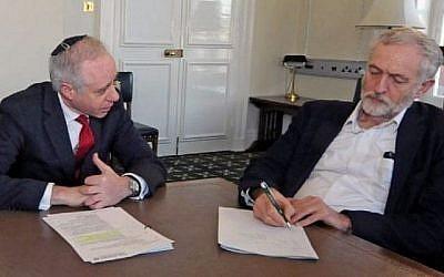 Le président du Conseil des députés du Royaume-Uni, Jonathan Arkush, rencontre le président du Parti travailliste, Jeremy Corbyn, le 9 février 2016. (Autorisation)