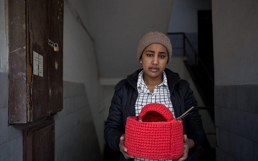 Eden, une demandeuse d'asile qui travaille avec l'organisation  Kucinate - Collectif des réfugiées africaines à Tel Aviv, le 14 février 2018 (Crédit : Miriam Alster/Flash90)