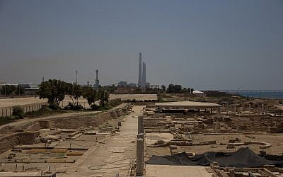 La centrale électrique d'Orot Rabin à Hadera depuis les ruines de Caesarea, en Israël, le 24 juillet 2015 (Crédit : Garrett Mills/Flash 90)