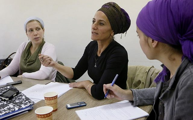 """Des femmes juives orthodoxes assistent à un cours """"Mashgiach"""" au Emunah Seminary College pour les études des femmes juives à Jérusalem le 18 avril 2013 (Crédit : Miriam Alster / FLASH90)"""