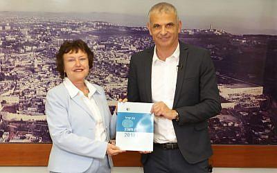 Karnit Flug, gouverneure de la Banque d'Israël, présente le rapport 2016 de la banque au ministre des Finances, Moshe Kahlon, le 28 mars 2018 (Crédit : Mark Neiman / GPO)