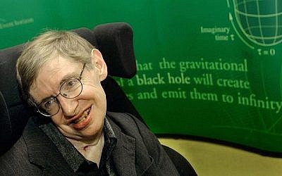 Le physicien Stephen Hawking sourit lors d'un symposium en l'honneur de son anniversaire à l'Université de Cambridge le 11 janvier 2002 à Cambridge, Angleterre. (Sion Touhig/Getty Images, via JTA)