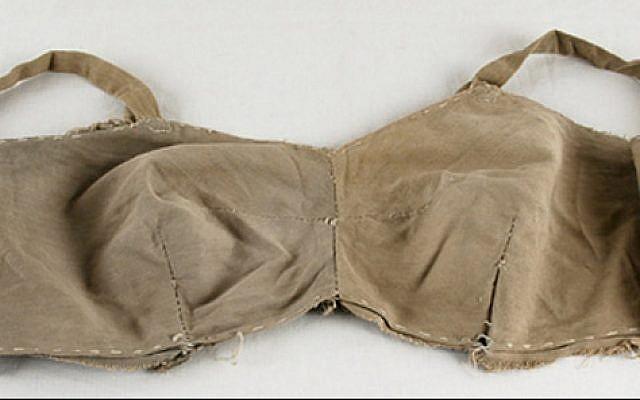 """Le soutien-gorge que la survivante Lina Beresin s'est fabriqué dans le camp de Stutthof. L'histoire de Beresin est présentée dans l'exposition """"Spots of Light"""". (Yad Vashem)"""