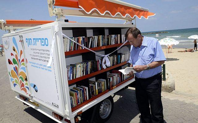 Le maire de Tel Aviv, Ron Huldai, à la bibliothèque mobile. (Crédit photo: Malovani Israël)