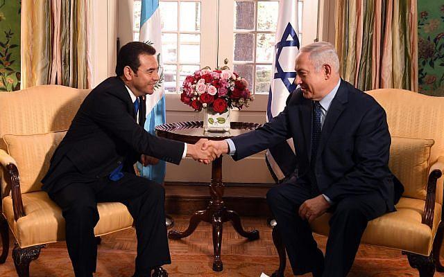 Le Premier ministre Benjamin Netanyahu et le président guatémaltèque Jimmy Morales lors d'une rencontre à Washington, le 4 mars 2018 (Haim Zach / GPO)