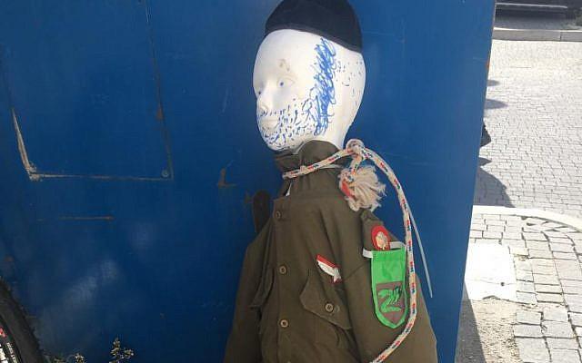 Une effigie d'un soldat ultra-orthodoxe saisi par la police dans un quartier ultra-orthodoxe de Jérusalem le 2 mars 2018 (Police d'Israël).