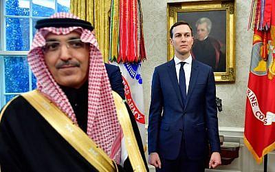 Jared Kushner aux côtés d'un membre de la délégation saoudienne lors d'une réunion de la Maison Blanche entre le président Donald Trump et le prince héritier Mohammed ben Salmane d'Arabie Saoudite, le 20 mars 2018 (Crédit : Kevin Dietsch / Pool / Getty Images via JTA)