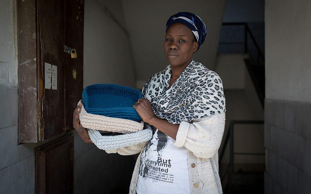 Lina,  une demandeuse d'asile qui travaille avec l'organisation  Kucinate - Collectif des réfugiées africaines à Tel Aviv, le 14 février 2018 (Crédit : Miriam Alster/Flash90)