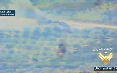 Une capture  vidéo floues diffusées par la chaîne de télévision Al-Manar, soutenue par le Hezbollah, le 28 février 2018, qui prétend montrer l'assassinat du général israélien Erez Gerstein par le Hezbollah en 1999 dans le sud du Liban (Crédit : Capture d'écran)