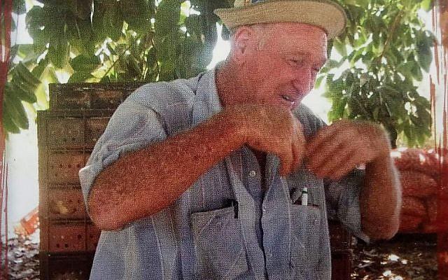 """Mario Levi, dans la """"zoula"""", lieu de repos à l'ombre pour les travailleurs en bordure du champ, expliquant avec les mains autant que les mots un principe d'agriculture organique (Crédit : photo tirée du livre """"Le travail d'une vie"""" de Mario Levi)"""