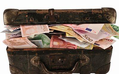 Illustration d'une valise remplie d'argent (ungorf; iStock by Getty Images)