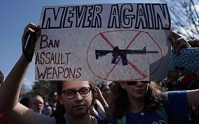 Des étudiants protestant contre la violence armée sur le Capitole à Washington le 21 février 2018 (Crédit : Alex Wong / Getty Images via JTA)