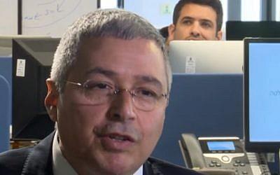 Le directeur général de la Banque Hapoalim, Arik Pinto, s'adresse à Keren Marciano sur la chaine Hadashot, le 26 mars 2018 (Capture d'écran : Hadashot)