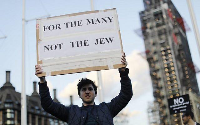 Une contre-manifestation concernant le chef du parti travailliste britannique d'opposition Jeremy Corbyn et l'antisémitisme au sein du Labour, devant le Parlement dans le centre de Londres, le 26 mars 2018. (Crédit : AFP PHOTO / Tolga AKMEN)