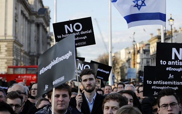 Des membres de la communauté juive manifestent contre le chef du Parti travailliste britannique d'opposition Jeremy Corbyn et l'antisémitisme au sein du Labour, devant les chambres du Parlement britannique dans le centre de Londres, le 26 mars 2018. (Crédit : AFP PHOTO / Tolga AKMEN)