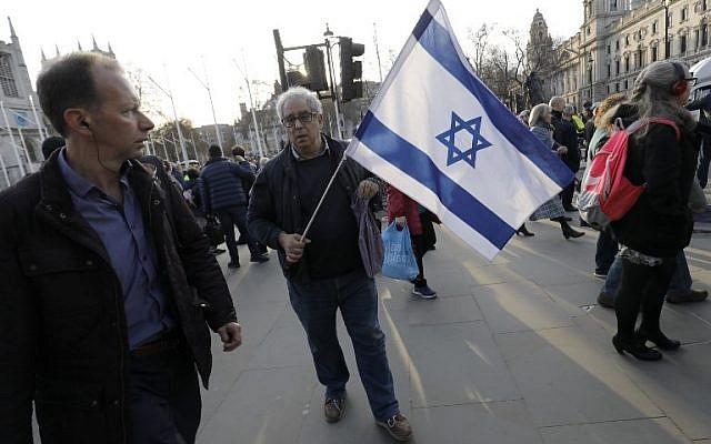 Des membres de la communauté juive manifestent contre le chef du parti travailliste britannique d'opposition Jeremy Corbyn et l'antisémitisme au sein du Labour, hors des chambres du parlement dans le centre de Londres, le 26 mars 2018. (Crédit : AFP PHOTO / Tolga AKMEN)