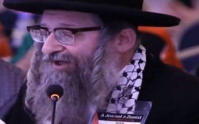 Le rabbin Dovid Weiss, du groupe marginal ultra-orthodoxe et antisioniste Neturei Karta, s'adressant à la quatrième Convention mondiale de solidarité avec la Palestine, tenue à Beyrouth le 13 mars 2018. (Capture d'écran)