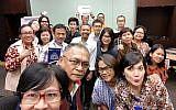 Le professeur d'hébreu Sapri Sale (au centre, avec chemise blanche) avec ses élèves à Jakarta, février 2018 (Conny Dwirani)