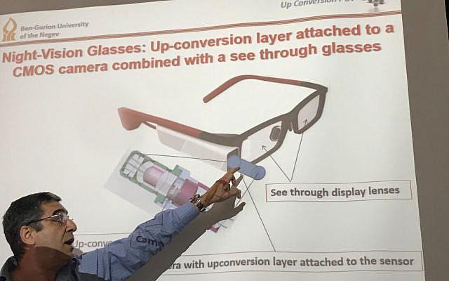 Le professeur Gabby Sarusi, chercheur à l'Université Ben Gourion, fait la démonstration de sa technologie de capteur infrarouge le 5 mars 2018 (Shoshanna Solomon / Times of Israel)