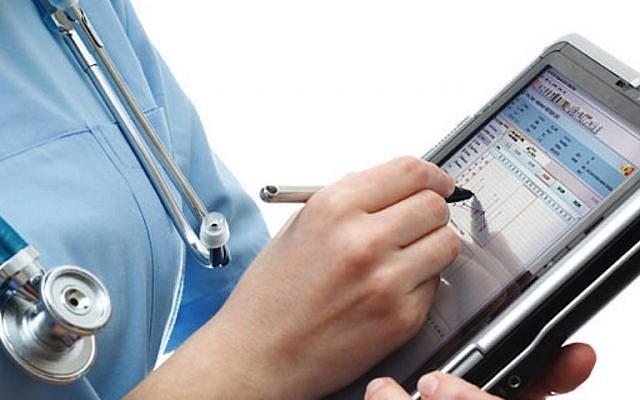 Une infirmière utilise une application de santé numérique (Autorisation)
