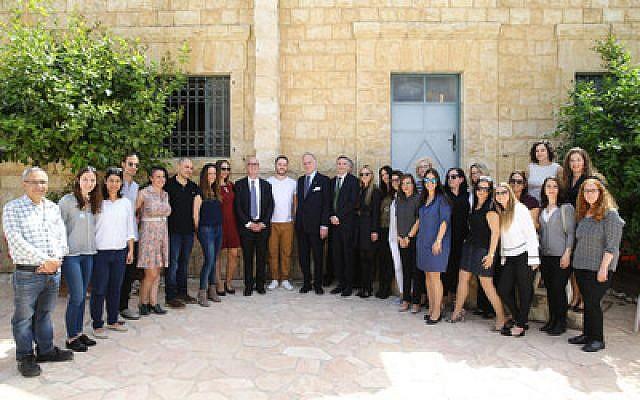 Ronald S. Lauder avec les étudiants et le personnel du Centre d'emploi Lauder (Crédit : Autorisation Liron Moldovan / PRNewsfoto / Lauder Centre d'emploi)