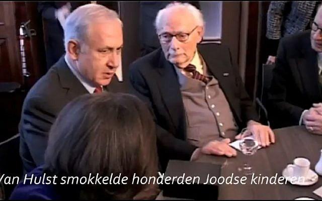Le Premier ministre Benjamin Netanyahu, à gauche, rencontre Johan van Hulst, qui avait sauvé des enfants juifs pendant la Shoah lors d'un voyage d'état aux Pays-Bas en 2012 (Capture d'écran : YouTube)