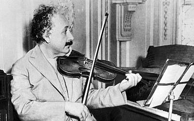 Albert Einstein jouant du violon en 1931 (Crédit photo : AFP)