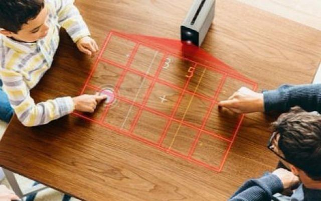 Xperia Touch combine la lumière infrarouge avec un appareil photo, transformant les surfaces planes en un écran tactile; avec le logiciel israélien eyeSight Technology, ces interactions peuvent maintenant être sans contact (Autorisation)