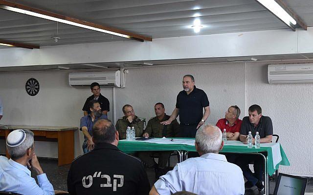 Le ministre de la Défense Avigdor Liberman s'exprime devant les leaders des communautés israéliennes locales près de la bande de Gaza, le 3 avril 2018 (Crédit : ministère de la Défense)