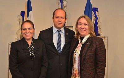 Le maire de Jérusalem, Nir Barkat, au centre, avec l'ambassadrice guatémaltèque Sara Angelina Solis, à droite, et le directeur général du ministère guatémaltèque des Affaires étrangères, Maria Luisa Ramire, à Jérusalem, le 11 avril 2018 (Jackie Levi / Municipalité de Jérusalem)