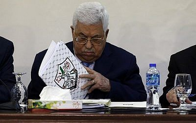 Le président de l'Autorité palestinienne Mahmoud Abbas lors d'une réunion du conseil révolutionnaire du parti du Fatah au pouvoir dans la ville de Ramallah, en Cisjordanie, le 1er mars 2018 (Crédit : AFP Photo/Abbas Momani)