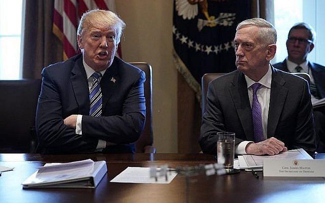 Le président américain Donald Trump et le Secrétaire d'État à la Défense James Mattis dans la Cabinet Room, à la Maison Blanche, le 8 mars 2018. (Crédit : AFP /Mandel Ngan)