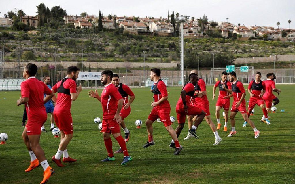 Les joueurs de l'équipe de foot de Jérusalem Hapoel Katamon  lors d'une session d'entraînement à Jérusalem, le 18 mars 2018 (Crédit : / AFP PHOTO / MENAHEM KAHANA)
