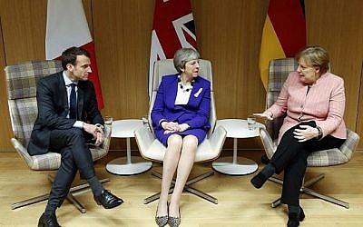 Le Premier ministre britannique Theresa May (au centre), la chancelière allemande Angela Merkel (à droite) et le président français Emmanuel Macron donnent une conférence de presse à l'issue d'une réunion en marge du sommet des dirigeants de l'Union européenne à Bruxelles, le 22 mars 2018. (AFP Photo/Pool/Francois Lenoir)
