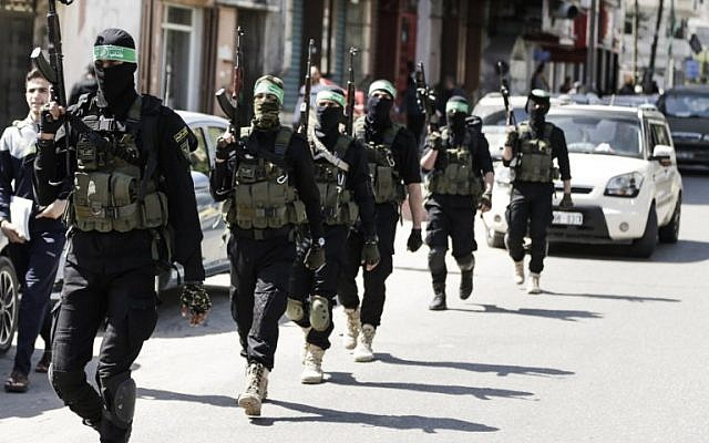 Les terroristes palestiniens du Hamas lors d'une manoeuvre militaire à Gaza City, le 25 mars 2018 (Crédit : AFP PHOTO / MAHMUD HAMS)