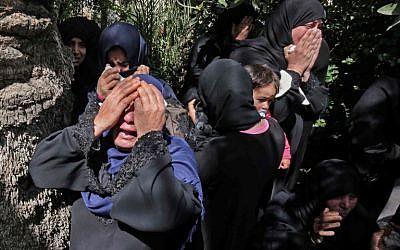 Les proches d'Omar Samour, 27 ans, un agriculteur tué dans la matinée du 30 mars par un tank israélien après qu'il a, selon les soldats, tiré sur les troupes, durant une procession funéraire à Khan Yunis, dans le dus de la bande de Gaza (Crédit :  AFP PHOTO / SAID KHATIB)