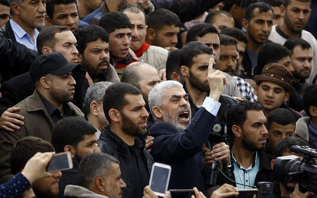 Le leader du groupe islamiste terroriste du Hamas Yihya Sinwar, au centre scande des slogans alors qu'il participe à une manifestation à proximité de la frontière avec Israël, à l'est de Jabalia, dans le nord de Gaza, le 30 mars 2018 (Crédit :  AFP/ Mohammed ABED)