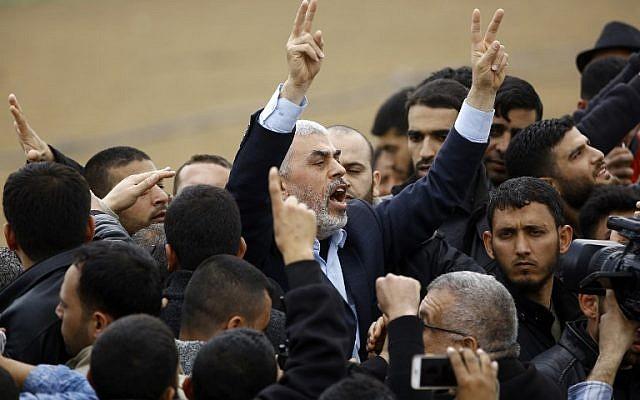 Le leader du groupe islamiste terroriste du Hamas Yihya Sinwar scande des slogans et fait le geste de la victoire alors qu'il participe à une manifestation à proximité de la frontière avec Israël, à l'est de Jabalia, dans le nord de Gaza, le 30 mars 2018 (Crédit :  AFP/ Mohammed ABED)