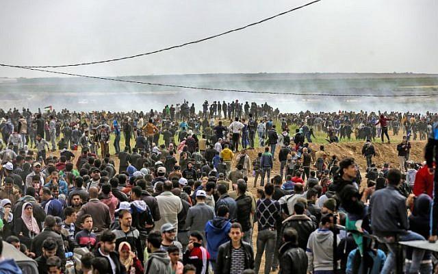 Une photo prise le 30 mars 2018 montre des Palestiniens participant à une manifestation commémorant le Jour de la Terre près de la frontière avec Israël à l'est de la ville de Gaza. (AFP / Mahmud Hams)