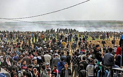 Les Palestiniens participent à des manifestations près de la frontière avec Israël à l'est de Jabalia, dans le nord de la bande de Gaza, le 30 mars 2018 (AFP / Mohammed Abed)